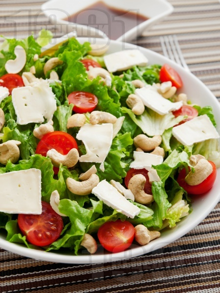 Зелена салата с кашу, сирене Бри и дресинг - снимка на рецептата